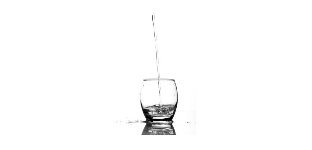 eau qui coule dans verre vide