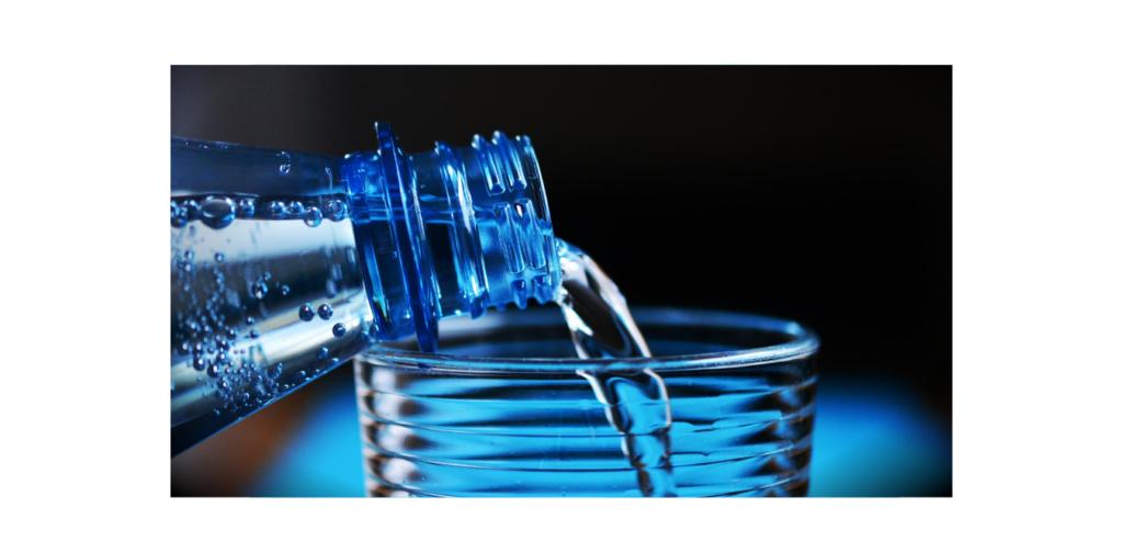 bouteille plastique qui verse eau dans verre